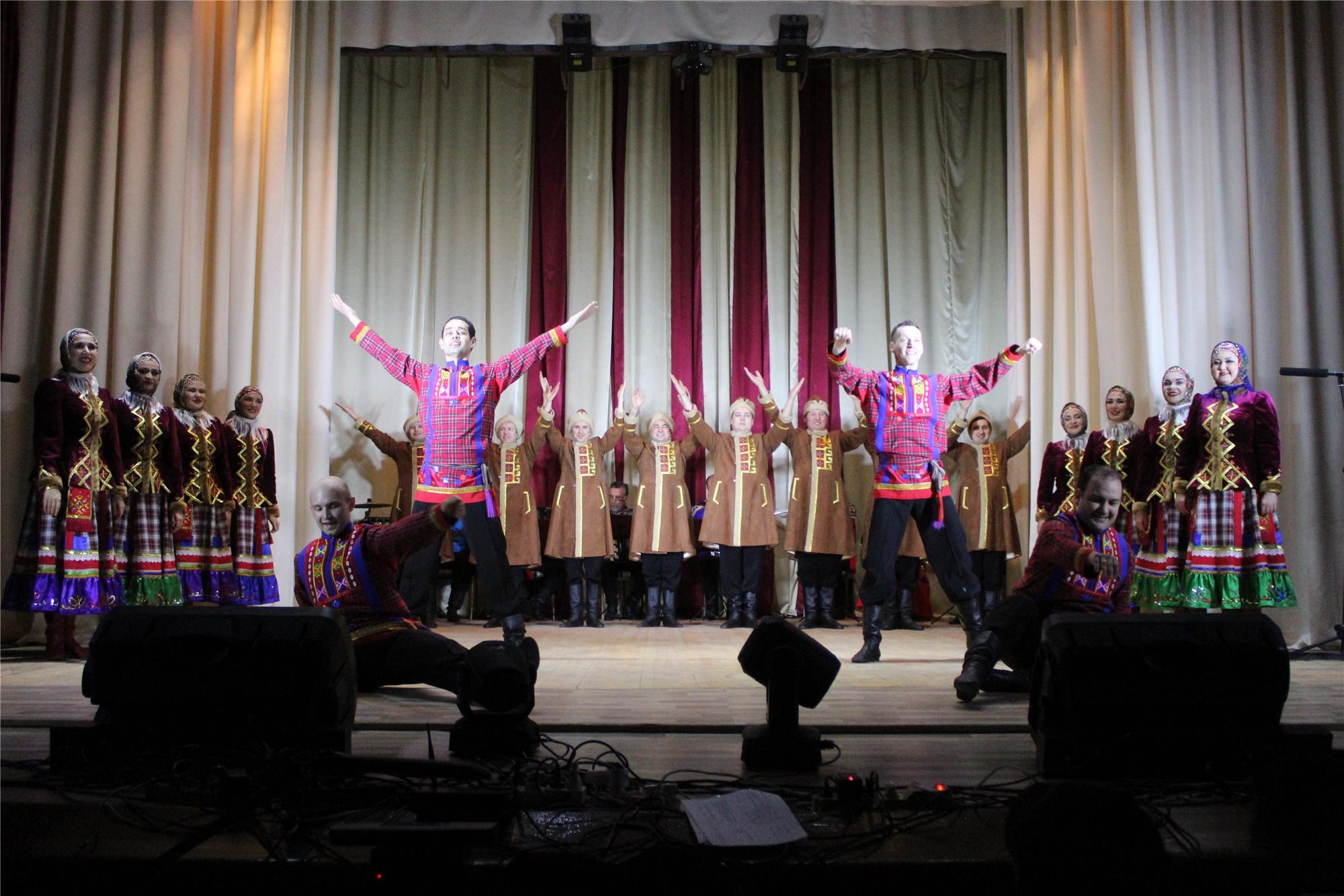 Чувашский государственный академический ансамбль песни и танца порадовал жителей Порецкого района концертом в рамках акции «Сурпан Перле»