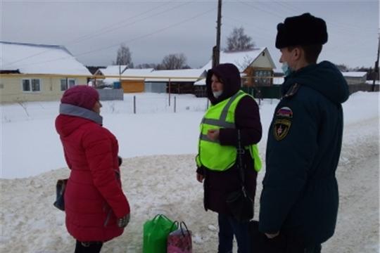Сотрудники МЧС и ВДПО г. Шумерля проводят профилактическую работу с населением  района