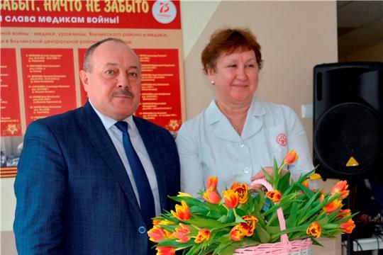 В преддверии 8 марта глава администрации Яльчикского района Леонард Левый поздравил женщин с праздником