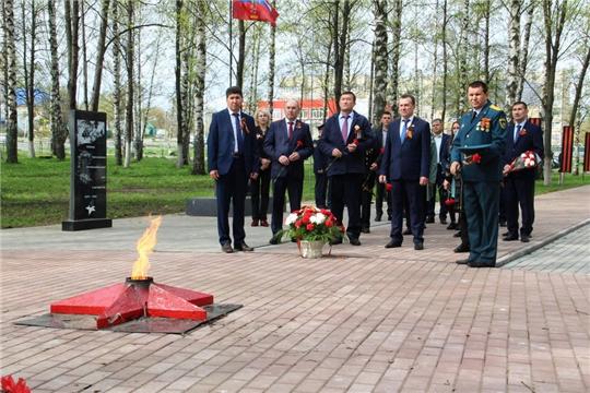 Возложение цветов к монументу Неизвестного солдата в Сквере Победы г. Цивильска