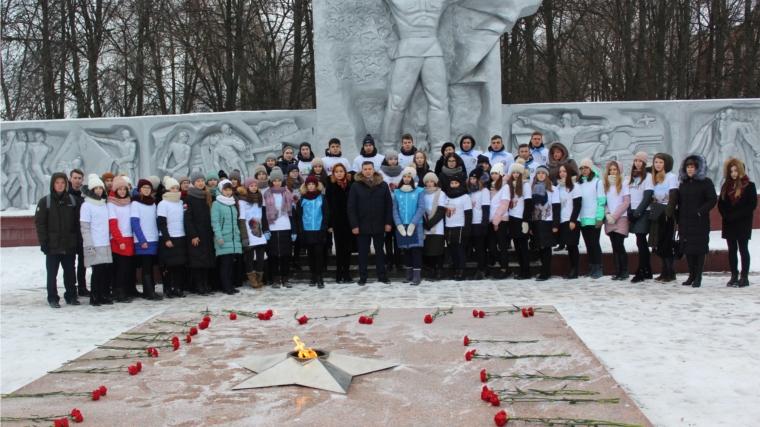 В дань памяти павшим воинам Волонтеры Победы города Канаш возложили цветы к Вечному огню Мемориала Славы