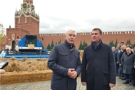 Экспозицию «Тракторных заводов» в центре столицы посетили министр сельского хозяйства России и мэр Москвы