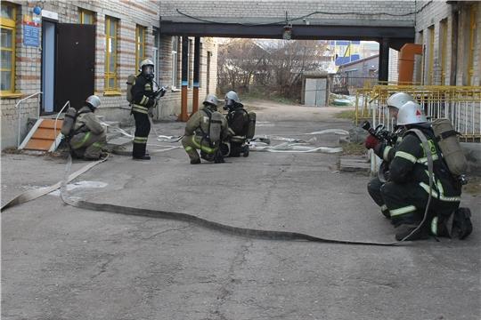 Сотрудники 17-ой пожарно-спасательной части отработали алгоритм своих действий при тушении возгорания в детском саду «Солнышко»