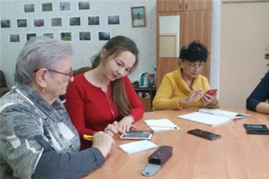 «Бабушка и смартфон»: чебоксарцы пожилого возраста осваивают навыки работы с современными гаджетами