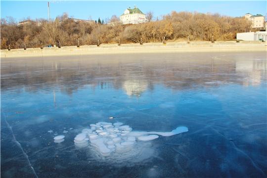 Прочный, но коварный лед: чебоксарские спасатели напомнили рыбакам правила безопасного поведения