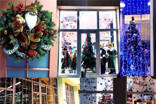 В городской новогодний интерьер вносят свои штрихи торговые предприятия Московского района