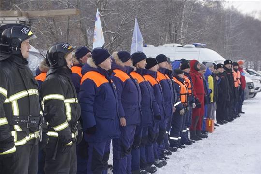 Спасатели МЧС Чувашии отработали навыки спасения провалившихся под лёд