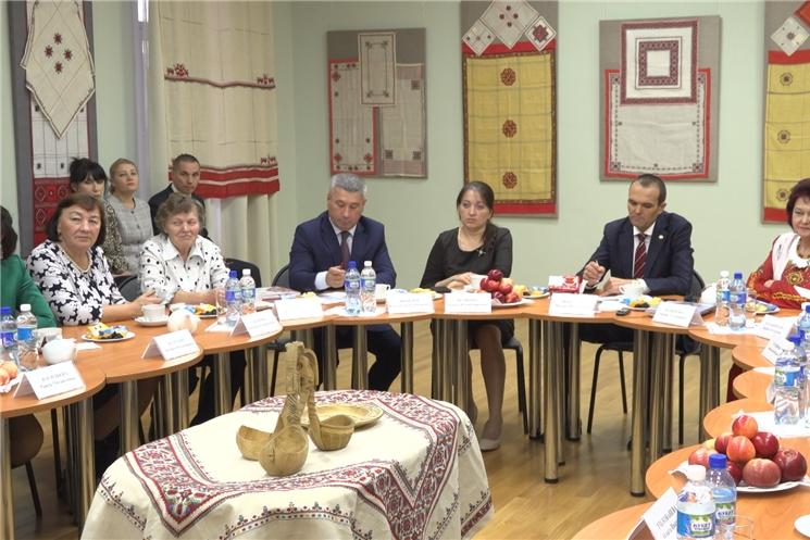 Глава Чувашии встретился с мастерами чувашской вышивки