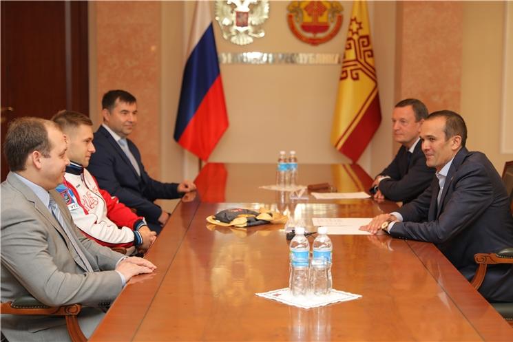 Глава Чувашии Михаил Игнатьев встретился с мастером спорта России международного класса Владиславом Поляшовым.