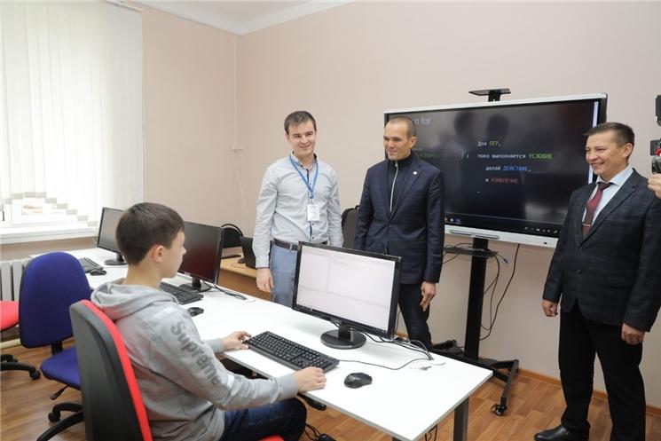Михаил Игнатьев посетил Центр цифрового образования детей «IT-Куб. Канаш»