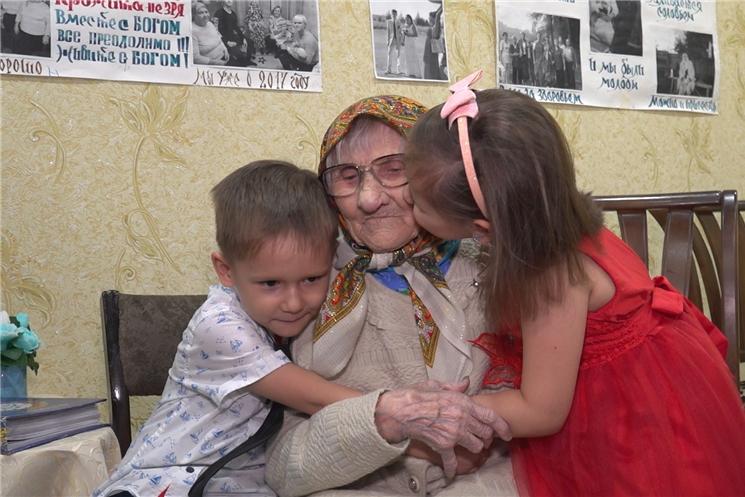 Глава Чувашии Михаил Игнатьев поздравил с днём рождения долгожительницу Анастасию Терентьеву