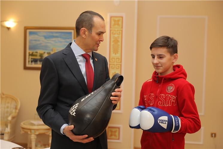 Глава Чувашии Михаил Игнатьев исполнил новогоднюю мечту чебоксарского школьника Дениса Николаева