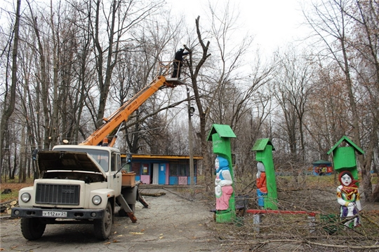 В парке культуры и отдыха города Шумерля началась санитарная рубка сухостойных и аварийных деревьев