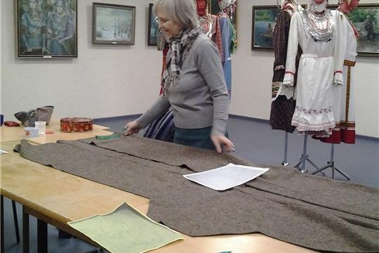 Марийский модельер провела в Доме Дружбы народов Чувашии мастер-класс по пошиву национального вида одежды армяк
