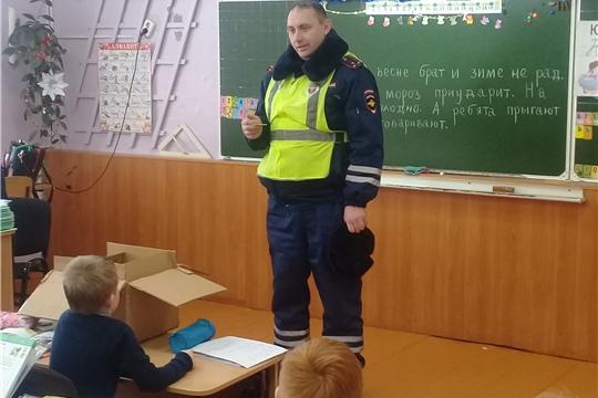 В Ибресинской средней школе №1 прошло мероприятие по вручению первоклассникам светоотражающих элементов