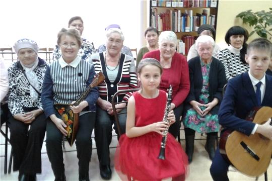 В Калининском районе учащиеся поздравляют старшее поколение