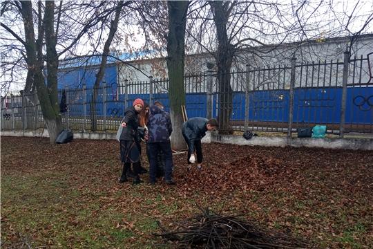 Работники и учащиеся МБУ «СШ «Спартак» г.Чебоксары привели порядок прилегающую территорию стадиона «Спартак»