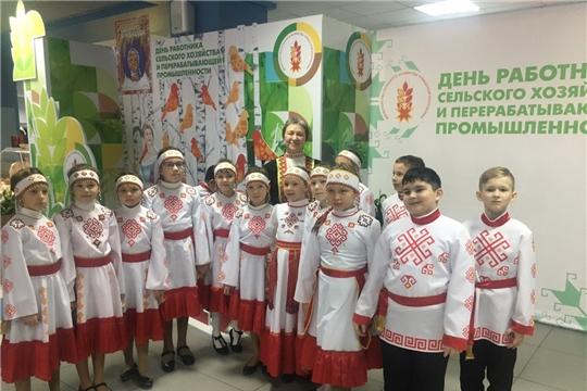 Школьный хор «Весёлые ребята» поздравил всех жителей Чувашии с Днём работника сельского хозяйства и перерабатывающей промышленности.