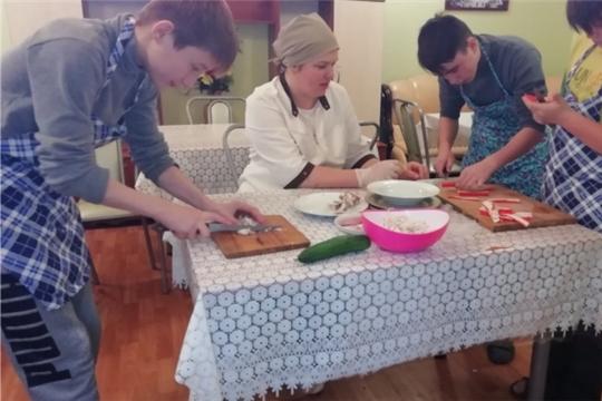В Калининском районе еженедельно для детей Центра проводят кулинарный практикум