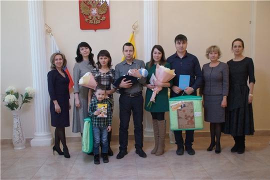 В Калининском районе в преддверии Дня матери вручили сертификаты на материнский капитал