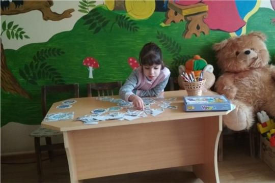 Знакомство самой младшей воспитанницы с библиотекой