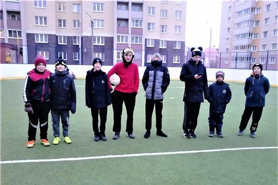 В Калининском районе инструктора по спорту организуют активный отдых горожан