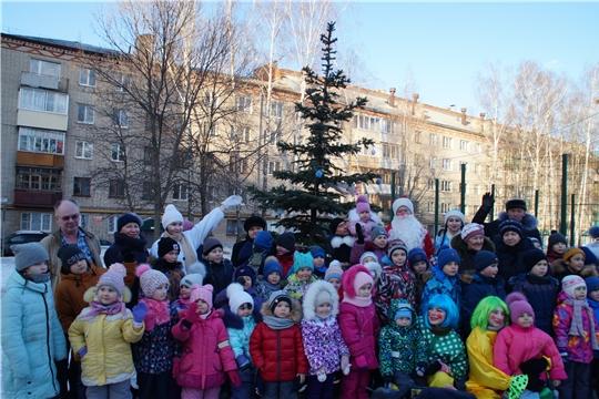 Дворовые праздники дарят жителям Калининского района новогоднее настроение