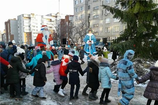 Новогодняя сказка во дворах Калининского района продолжается