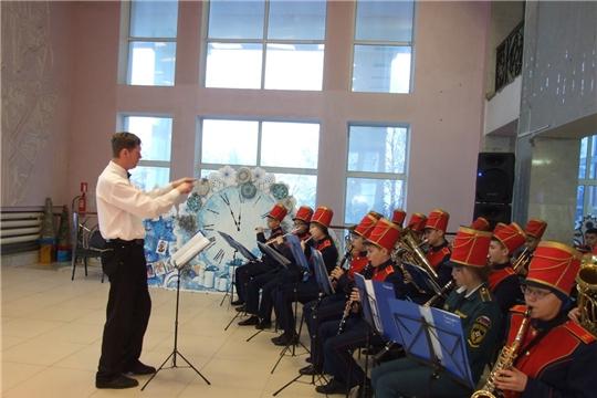 Детский духовой оркестр «Виват» чебоксарской музыкальной школы выступил на новогоднем представлении