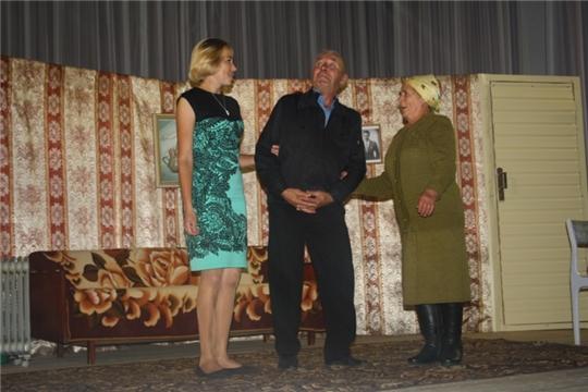 На сцене - самодеятельные артисты Испуханского сельского Дома культуры