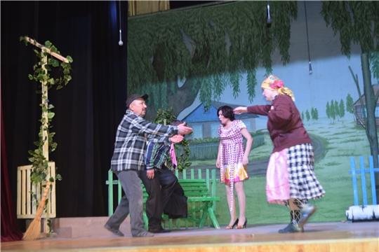 С постановкой «Кÿршĕ хĕрĕ» по пьесе Николая Сидорова выступил Вурнарский народный театр «Чаршав»
