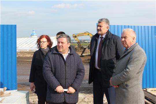 Заместитель министра культуры Чувашии Елена Чернова ознакомилась с ходом реконструкции Красной площади и Чебоксарского залива