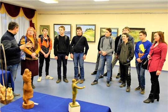 Студенты и педагоги транспортного техникума ознакомились с выставкой «Кӑвак хуппи» («Озарение»)