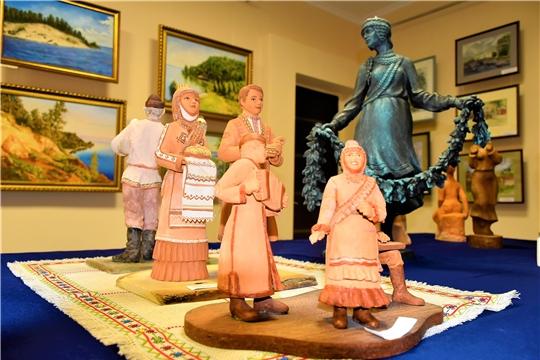 Будущие художники посетили выставку Дома Дружбы народов Чувашии «Кӑвак хуппи» («Озарение»)
