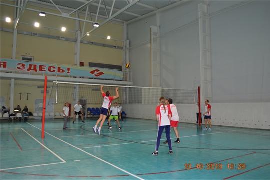 Команда Минюста Чувашии уверенно побеждает в групповых соревнованиях по волейболу