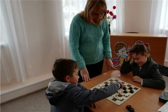 Занятие клуба по шашкам и шахматам в Большесундырской сельской библиотеке