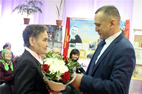 Глава администрации района Ростислав Тимофеев поздравил трактористку Раису Калинину с юбилеем: «Спасибо за любовь и  хозяйское отношение к земле»