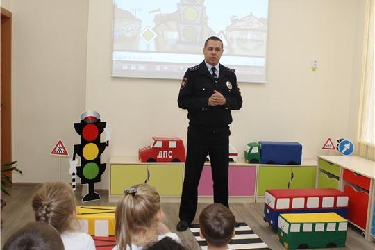 Дошкольникам о соблюдении правил дорожного движения рассказал сотрудник Госавтоинспекции