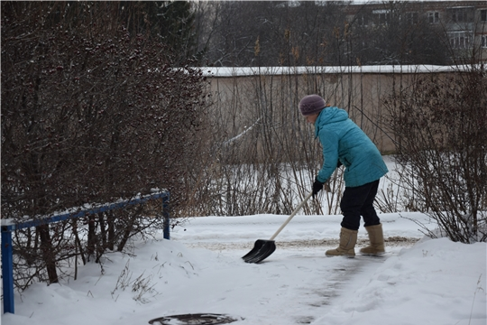 После снегопада: работники ЖКХ Московского района г. Чебоксары стараются чистить снег своевременно