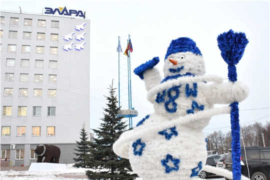 Арт-объекты «Снеговик» и «Медведь» разнообразили концепцию новогоднего оформления Московского района г.Чебоксары