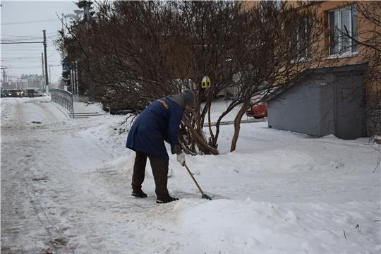 Работники ЖКХ Московского района г. Чебоксары расчищают территорию после снегопада