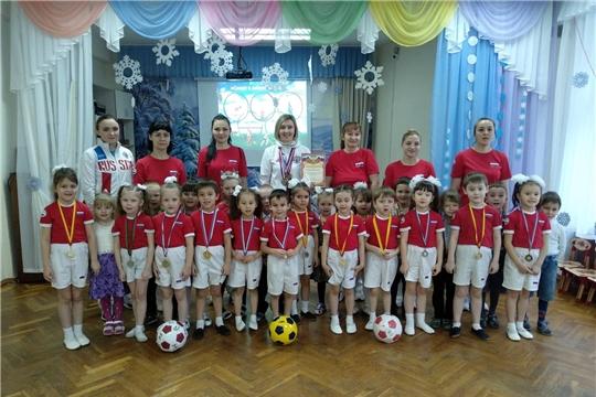 Мастер спорта России по футболу и футзалу Лилия Портнова провела для дошкольников спортивное занятие