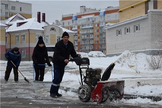 Работники ЖКХ Московского района г. Чебоксары устраняют последствия снегопада