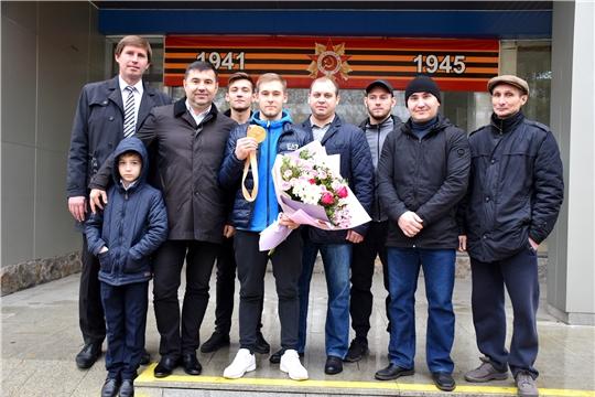 В столице Чувашии встретили чемпиона мира по спортивной гимнастике Владислава Поляшова