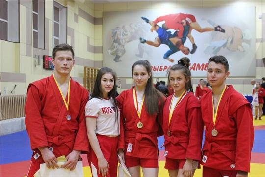 Спортсмены из 23 регионов страны и Казахстана боролись на Кубке Главы Чувашии по самбо