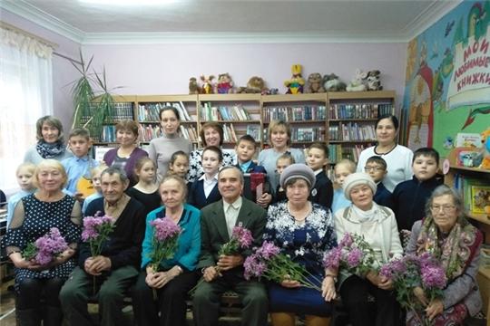 Работники Урмарской детской библиотеки совместно с детской школой искусствпровели акцию–поздравление «Прекрасное пробуждает доброе»