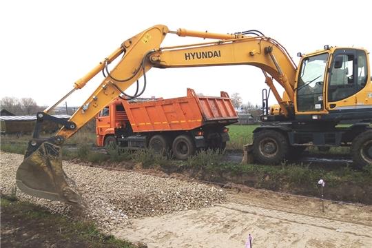 На объекте дорожного строительства в деревне Тегешево начались работы по доставке, выравниванию и утрамбовке щебня