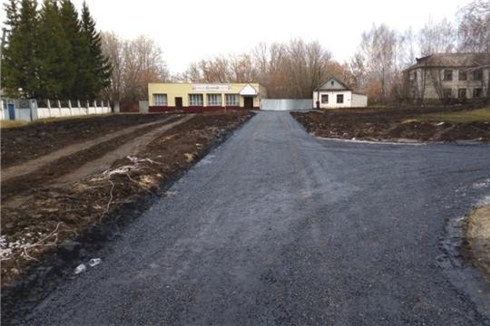 Дорогу на улице Школьная в деревне Тегешево обработали горячим битумом