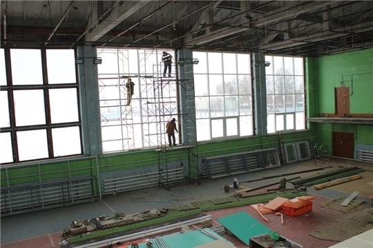 В п. Урмары продолжается капитальный ремонт Дома спорта