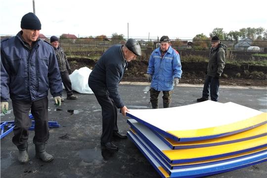 Глава администрации района  проконтролировал, как идет работа по устройству хоккейной коробки в Большеяльчикском поселении